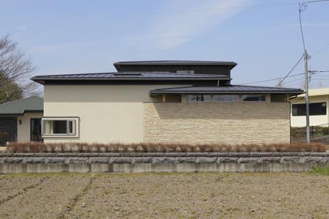 重層する屋根の家