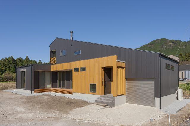 大きな屋根に包まれ、豊かな自然に包まれ、暮らす家。